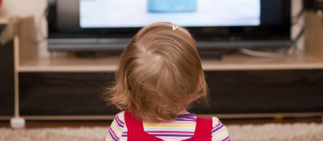 تماشای تلویزیون بچه ها